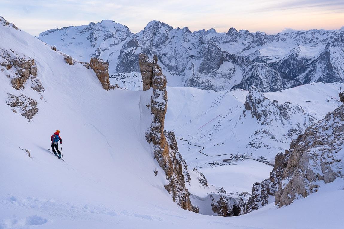 Esquiador en el Joel's couloir en el  Passo Pordoi de las Dolomitas