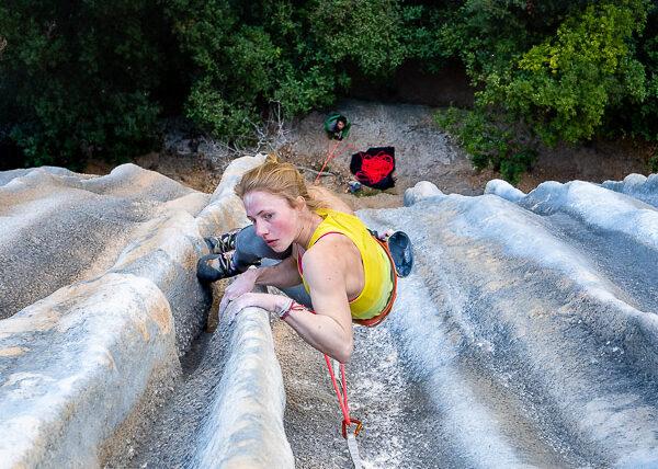 Martina Demmel escalando las chorreras de Meconi (8a+) en el sector del Racó de la Coma Closa