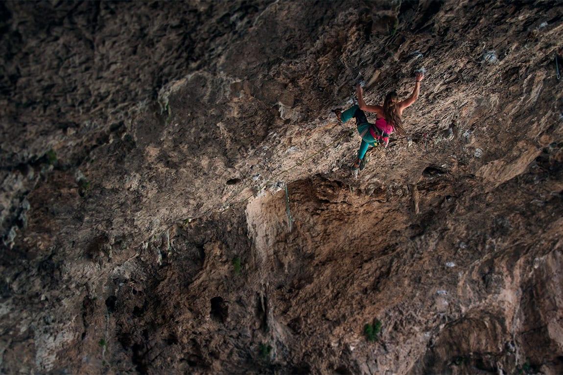 Marta Palou escalando en la Cueva Cazadores Rodellar