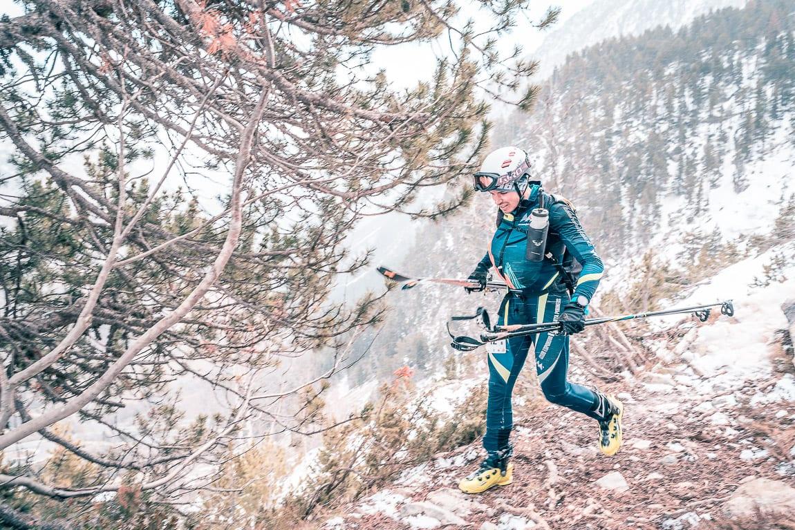 Corredor con esquís en la mano
