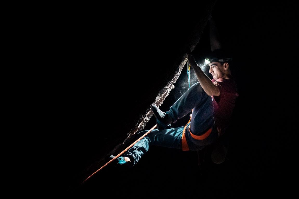 Jorge escalando Darwin Dixit 8c de noche