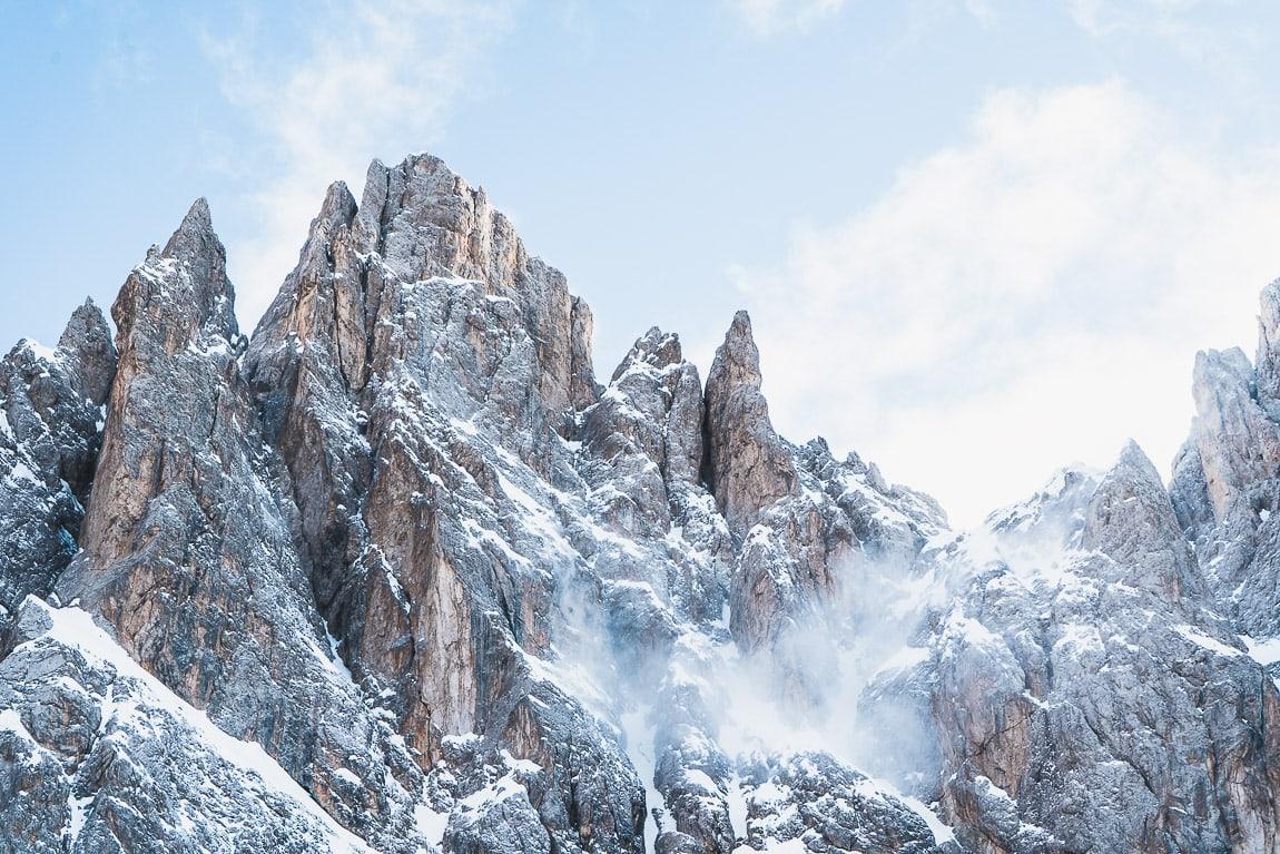 Montaña nevada en las Dolomitas, Grohmannspitze en Val Gardena