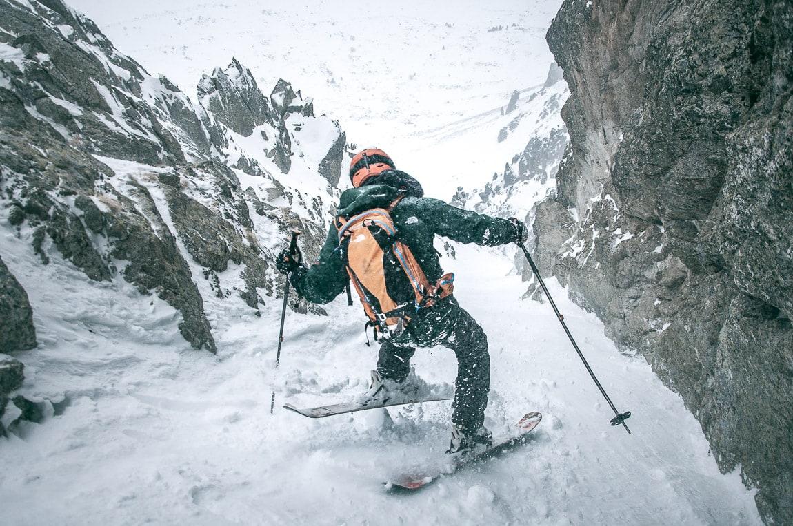 Descenso con esquís de montaña al corredor directo al Pic del Fontfreda. Porté-Puymorens en los Pirineos Orientales