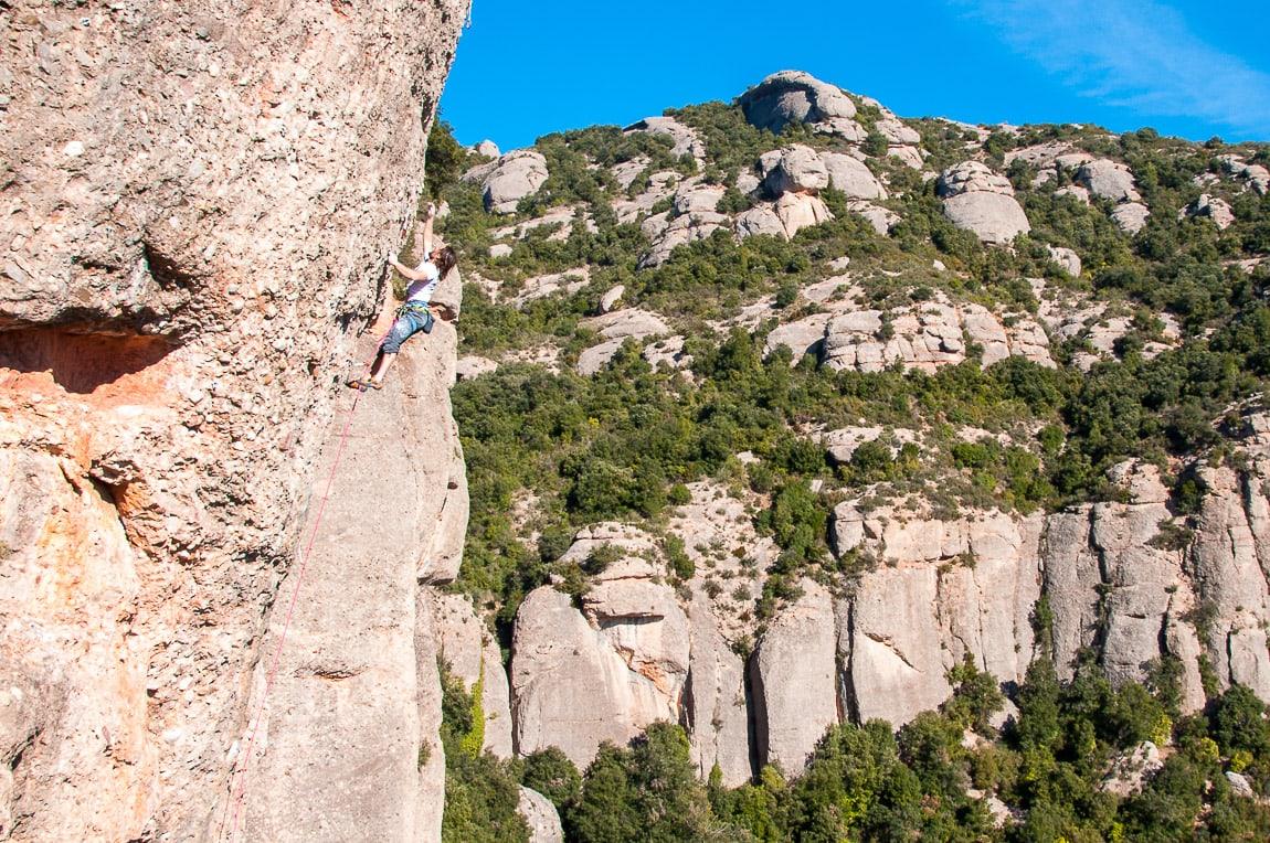 Escalador en el Vianant. Vermell del Xincarró lado izquierdo cara sur de Montserrat