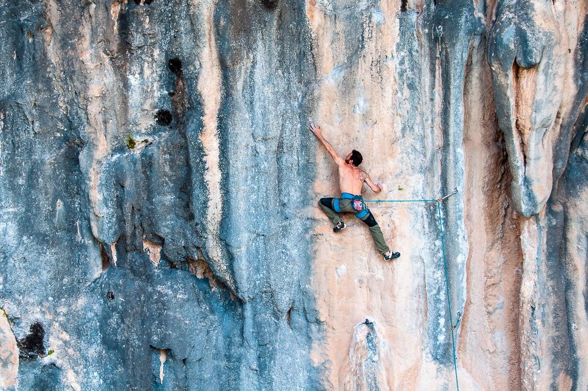 Escalador en las chorreras de Pitón un 7c de la cueva Pince sans Rire en Rodellar