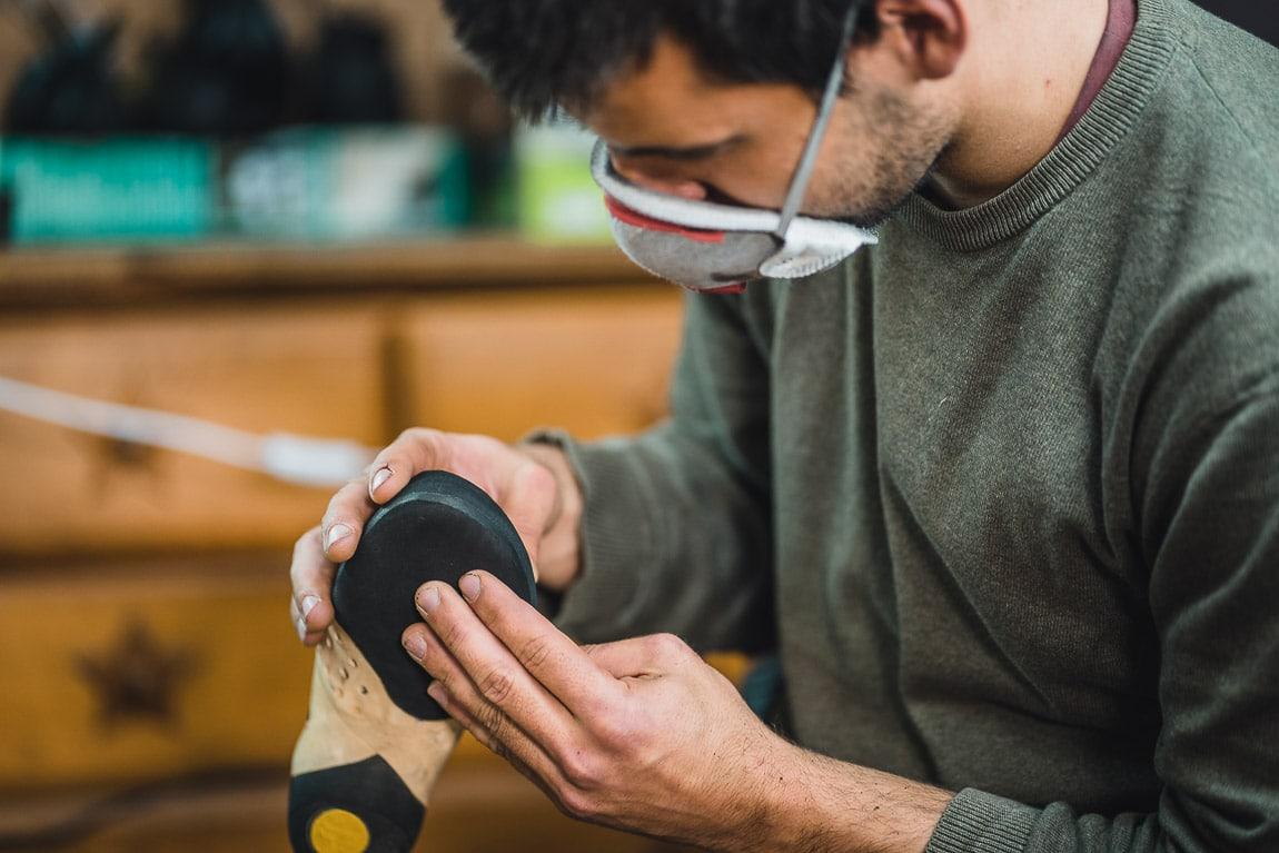 Manu García supervisando el cambio de goma de un pie de gato