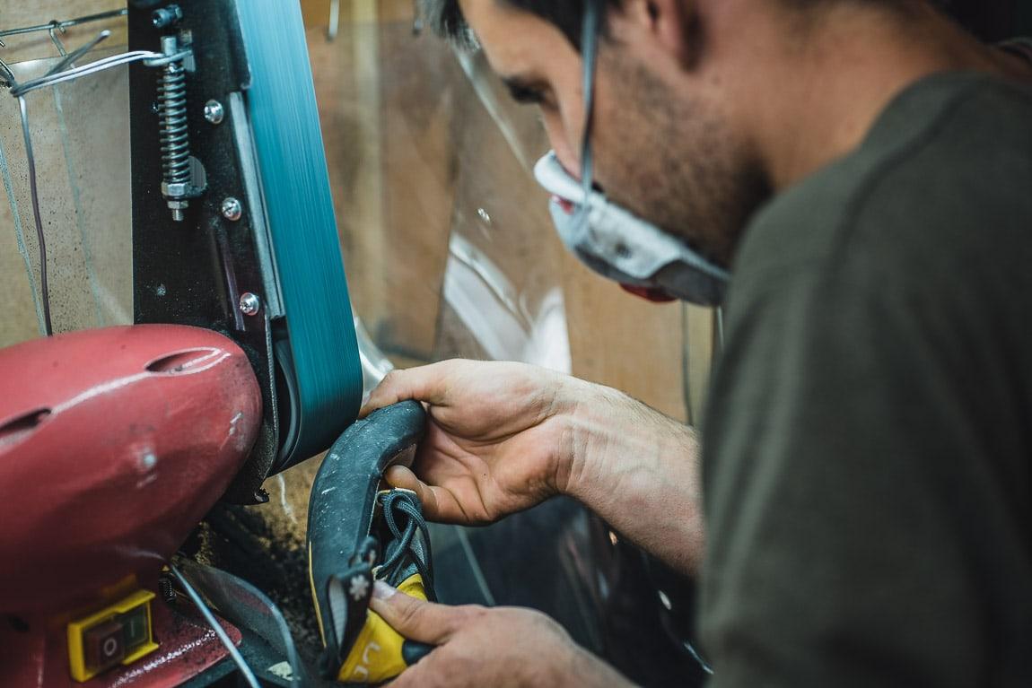 Proceso de limado de pie de gato en el taller de Resolados Barcelona